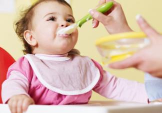 宝宝吃饭总得喂怎么办 让孩子自主进食的方法