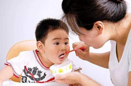 给孩子喂饭有什么危害 怎么培养宝宝独立吃饭